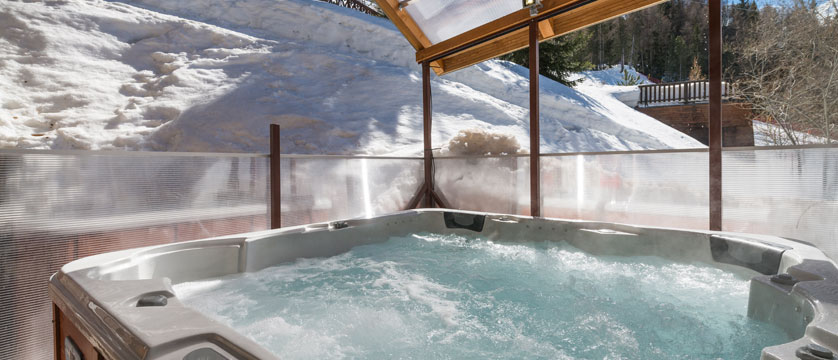 France_La-Plagne_Chalet-Anna_Hot-tub.jpg